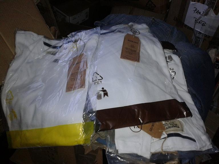 Vand lot haine de firma, aproximativ 10.000 buc.